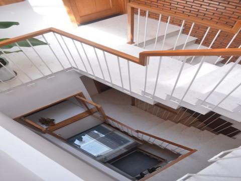 2 lưu ý không thể bỏ qua khi thiết kế cầu thang nhà phố hiện đại